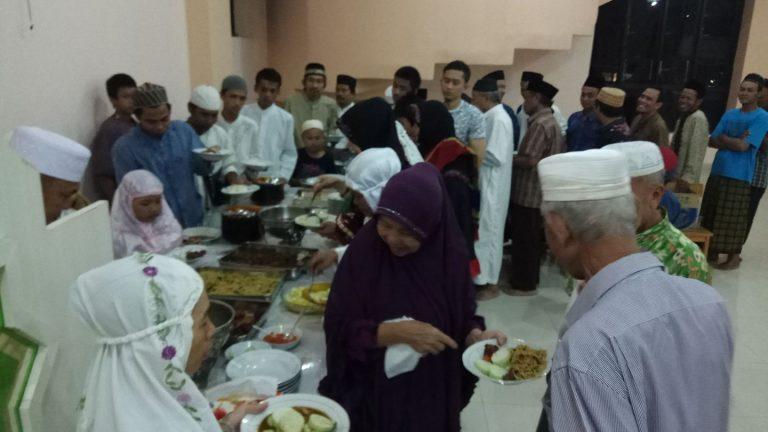 Jamaah Al-Abrar santap malam bersama