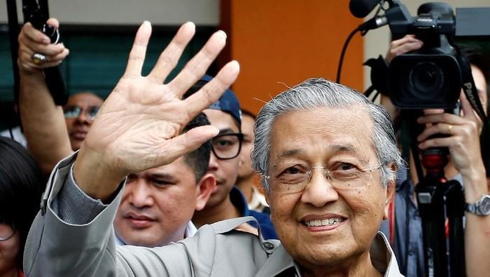 PM.Mahathir Muhammad melambaikan tangan kepada masyarakat