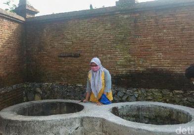 Ritual Mandi Telanjang di Sumur Gandeng Dipercaya Bisa Dekatkan Jodoh